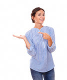 Mujer bonita que detiene su palma derecha Imágenes de archivo libres de regalías