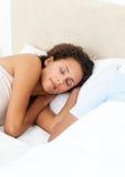 Mujer bonita que duerme pacífico en su cama Foto de archivo