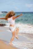 Mujer bonita que ejercita en la playa Fotos de archivo