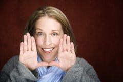 Mujer bonita que enmarca su cara Fotos de archivo libres de regalías