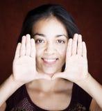 Mujer bonita que enmarca su cara Fotografía de archivo libre de regalías