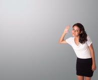 Mujer bonita que gesticula con el espacio de la copia Foto de archivo