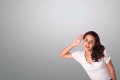 Mujer bonita que gesticula con el espacio de la copia Imagen de archivo libre de regalías