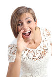 Mujer bonita que grita con la mano en boca Foto de archivo libre de regalías