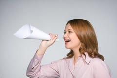 Mujer bonita que grita ruidosamente Imagen de archivo