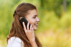 Mujer bonita que habla en el teléfono celular Imagen de archivo