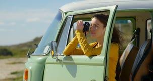 Mujer bonita que hace clic la foto con la c?mara digital en un d?a soleado 4k metrajes