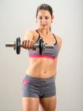 Mujer bonita que hace ejercicio del hombro Imagen de archivo