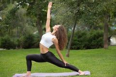 Mujer bonita que hace ejercicios de la yoga Foto de archivo