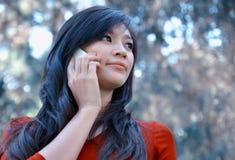 Mujer bonita que hace una llamada de teléfono Fotos de archivo