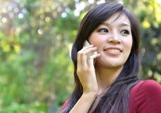 Mujer bonita que hace una llamada de teléfono Fotos de archivo libres de regalías