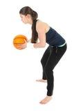 Mujer bonita que juega al baloncesto, aislado sobre blanco Fotos de archivo