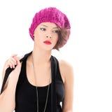 mujer bonita que lleva el sombrero rosado Foto de archivo libre de regalías