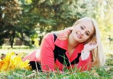 Mujer bonita que miente en la hierba Fotografía de archivo