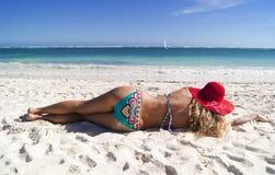 Mujer bonita que miente en la playa del Caribe Imágenes de archivo libres de regalías