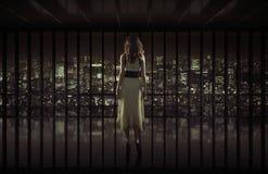 Mujer bonita que mira fijamente la ciudad de la noche Imagen de archivo libre de regalías