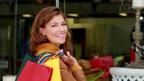 Mujer bonita que mira los zapatos mientras que hace compras almacen de metraje de vídeo