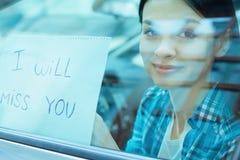 Mujer bonita que muestra una nota linda Fotos de archivo