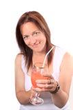 Mujer bonita que ofrece una bebida, aclamaciones imagenes de archivo