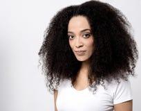 Mujer bonita que plantea el nuevo peinado imagenes de archivo