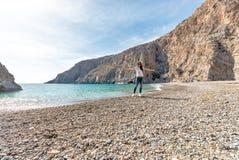 Mujer bonita que presenta en la playa con la laguna hermosa fotografía de archivo libre de regalías