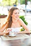 Mujer bonita que ríe con la taza de café fotos de archivo libres de regalías