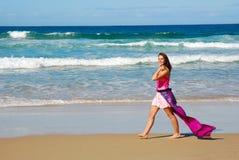 Mujer bonita que recorre en la playa Fotos de archivo libres de regalías
