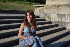 Mujer hermosa que se ocupa alguien Foto de archivo libre de regalías