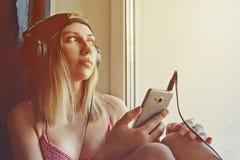 Mujer bonita que se relaja con música Fotos de archivo