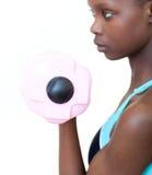 Mujer bonita que se resuelve con pesa de gimnasia Foto de archivo