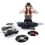 Mujer bonita que se sienta en la música que escucha del piso Fotos de archivo libres de regalías
