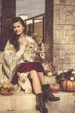 Mujer bonita que se sienta en un pórtico adornado Imagen de archivo