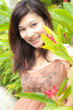 Mujer bonita que sonríe con las paréntesis Fotos de archivo