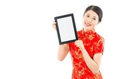 Mujer bonita que sostiene el cojín digital de la tableta Imagen de archivo