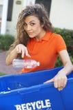 Mujer bonita que sostiene la papelera de reciclaje fotografía de archivo