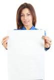Mujer bonita que sostiene la tarjeta en blanco lista para el mensaje Fotos de archivo libres de regalías