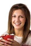 Mujer bonita que sostiene una taza de café que se sienta en el sofá Imágenes de archivo libres de regalías