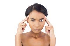 Mujer bonita que tiene un dolor de cabeza Foto de archivo libre de regalías