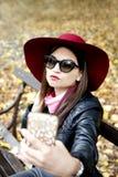 Mujer bonita que toma el selfie en el teléfono móvil Imagen de archivo libre de regalías