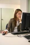 Mujer bonita que usa el ordenador imagen de archivo libre de regalías