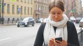 Mujer bonita que usa el teléfono móvil almacen de video