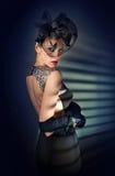 Mujer bonita retra en alineada negra y guantes largos Imagenes de archivo