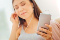 Mujer bonita satisfecha que escucha los ojos de la música y del closing Imagen de archivo