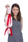 Mujer bonita sonriente aislada que sostiene un regalo con los corazones rojos adentro Foto de archivo libre de regalías