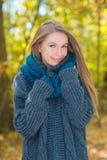 Mujer bonita sonriente en Autumn Outfit Portrait Imagen de archivo libre de regalías