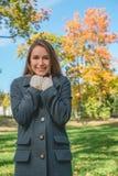 Mujer bonita sonriente que se enfría en Gray Coat Foto de archivo libre de regalías