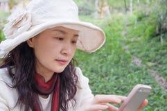 Mujer bonita y teléfonos móviles Fotos de archivo libres de regalías