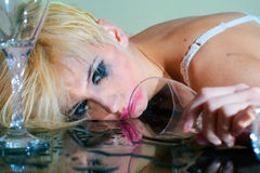 Mujer borracha con el vidrio Imagen de archivo