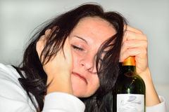 Mujer borracha con la botella de vino rojo Foto de archivo