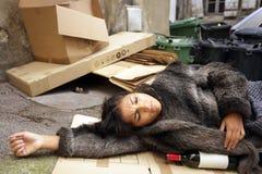 Mujer borracha en basura fotos de archivo